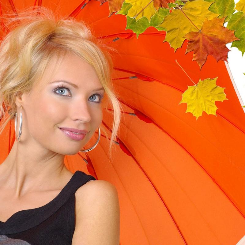 hd-herfst-wallpaper-met-vrouw-met-oranje-paraplu-en-herfstbladeren-achtergrond-wallpaper